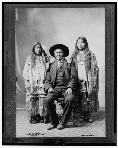 Geronimo-Apache-chief-and-his-two-nieces-391x490